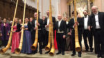 Das Alphornsextett beim Schluss-Applaus. Ganz rechts der musikalische Leiter des Abends, Hansruedi Kämpfen
